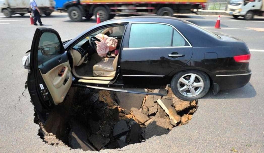 Что делать - машина попала в яму на разбитой дороге