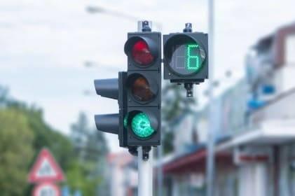 Можно ли проехать на мигающий зеленый сигнал светофора и будет ли штраф?