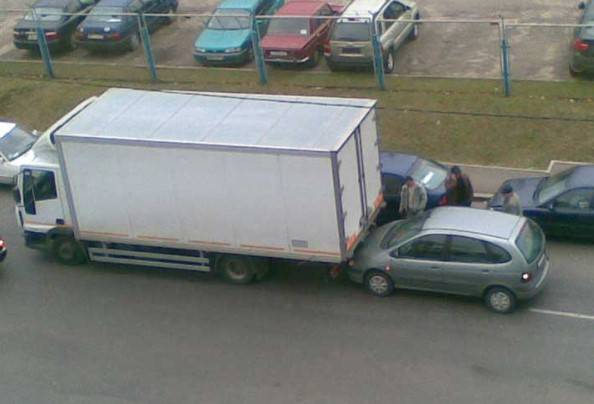 ДТП - Автомобильсзадиприжался,переднийоткатился назад и задел машину: кто виноват?