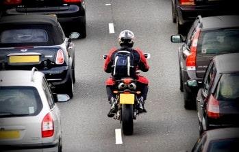 Можно ли мотоциклистам ездить между рядами в 2021 году?